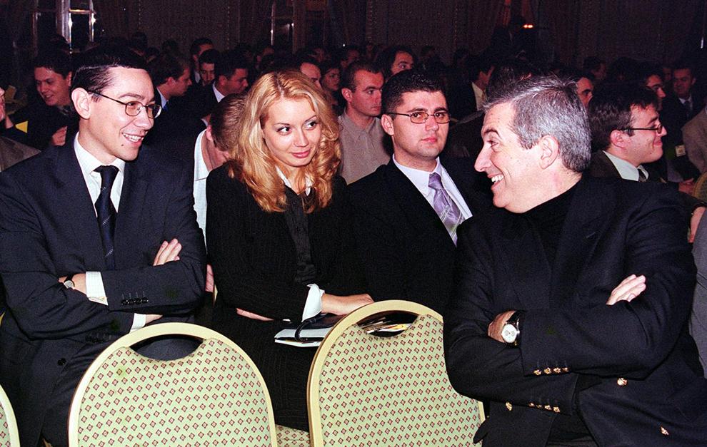 Victor Ponta (S), Daciana Sârbu (C) şi Călin Popescu Tăriceanu (D) participă la Conferinţa Naţională a Tineretului Naţional Liberal, în Bucureşti, 12 octombrie 2002.