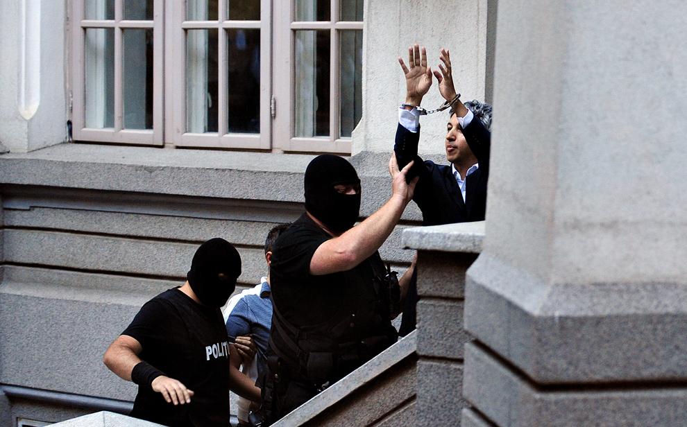 Patronul postului OTV, Dan Diaconescu, este adus la Judecătoria Sectorului 1, în Bucureşti, marţi, 22 iunie 2010. Dan Diaconescu şi realizatorul TV Doru Pârv au fost reţinuţi de procurorii DNA pentru şantaj şi ameninţare în legătură cu primarul comunei arădene Zarand, Ion Moţ, cei doi urmând să fie duşi la instanţă cu propunere de arestare preventivă.