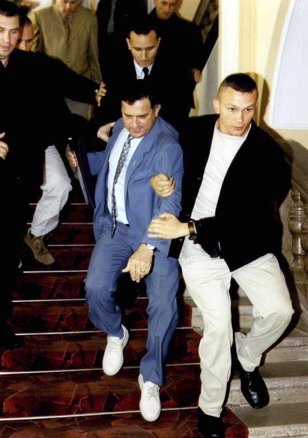 Gheorghe Funar este ridicat de politişti din biroul său pentru a da declaraţii la sediul Poliţiei, în legătură cu dosarele în care este cercetat, în Cluj-Napoca, 22 iunie 2001.