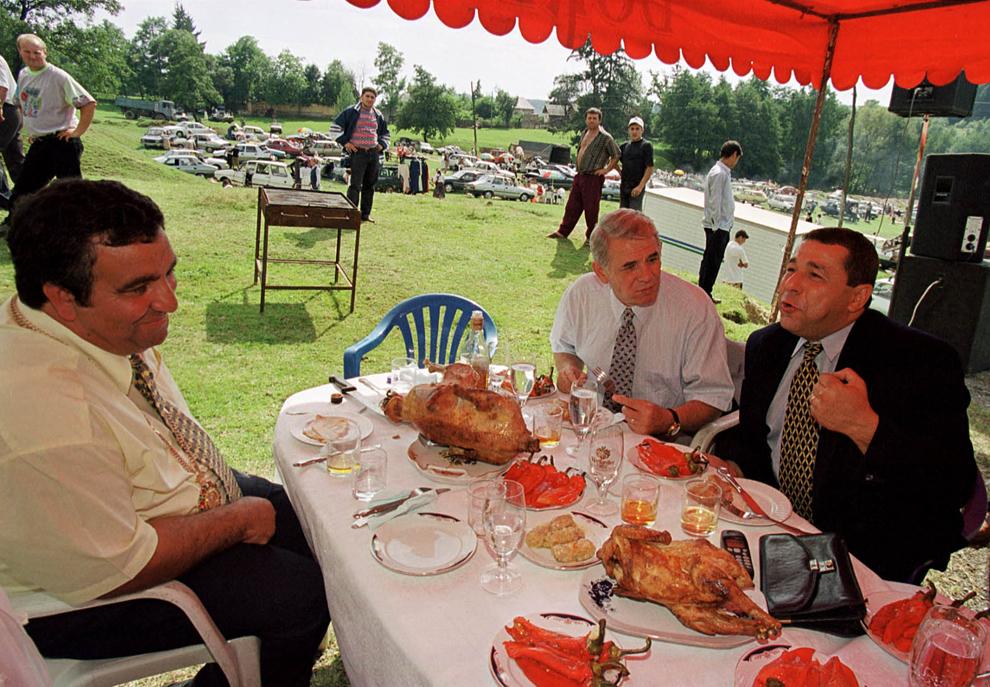 Regele Cioaba discuta cu Teodor Meleşcanu şi Doru Viorel Ursu, în timpul întâlnirii anuale, organizate de Sfânta Maria Mică, atunci când se sărbătoreşte Ziua Naţională a Romilor, în Costeşti, luni, 8 septembrie 1999.