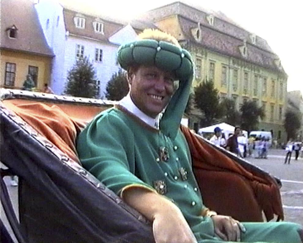 Imagine la rezoluţie mica. Klaus Iohannis, primarul Sibiului, participă la Festivalul Medieval, în Sibiu, 26 august 2001.