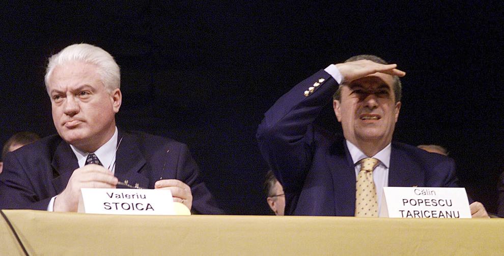 Valeriu Stoica şi Călin Popescu Tăriceanu participă la Congresul PNL, în Bucureşti, 17 februarie 2001.