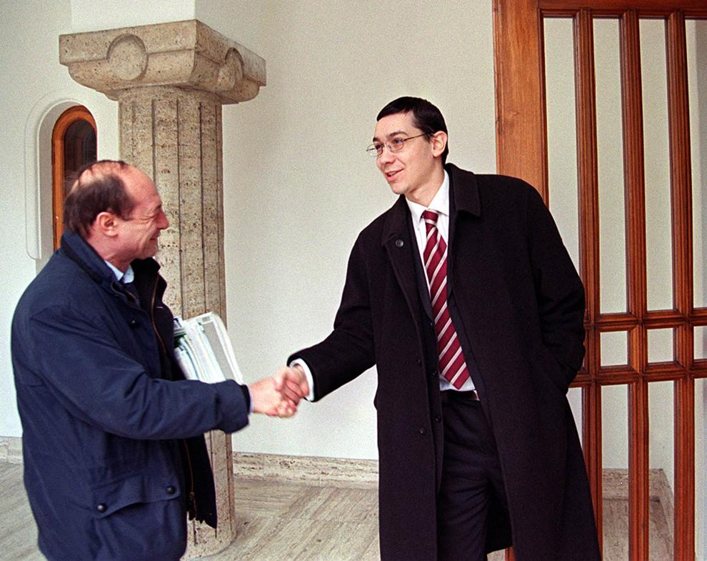 Primarul Capitalei, Traian Băsescu, dă mâna cu Victor Ponta, după ce a fost audiat de comisia specială de la Cotroceni în dosarul flotei, în Bucureşti, 25 februarie 2003.