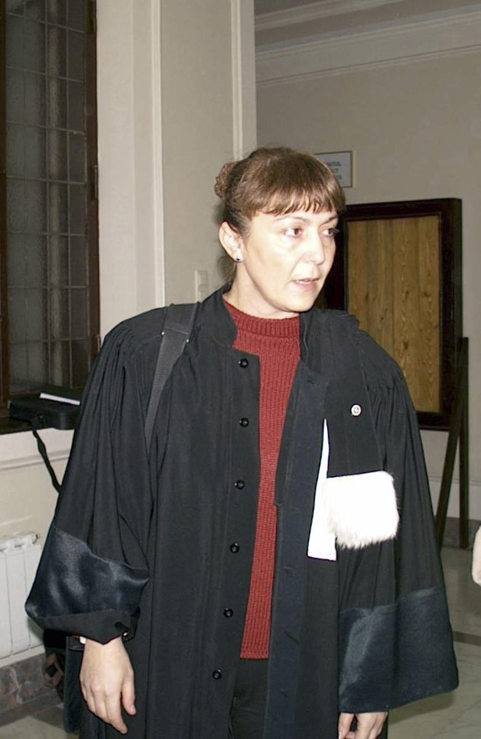 Avocatul Monica Macovei face o declaraţie de presă, în Bucureşti, 5 noiembrie 2001.