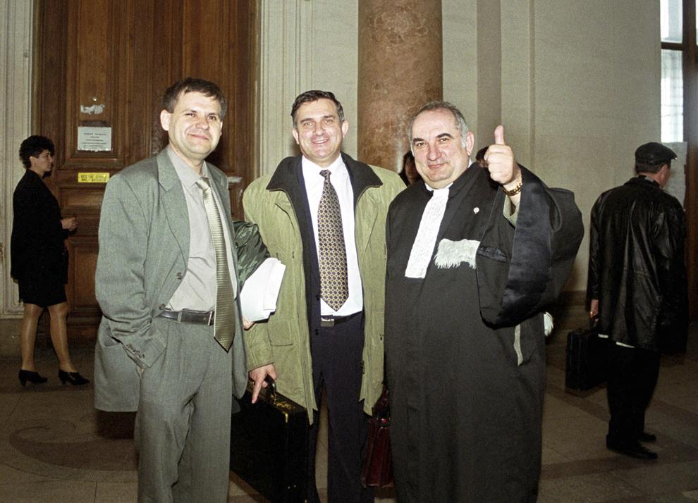 Avocaţii Gheorghe Mateuţ (S) şi Nicolae Uca (D) pozează, la finalul şedinţei în care Gheorghe Funar (C)  a fost audiat, la Curtea Supremă de Justiţie în Bucureşti, 5 aprilie 2000.