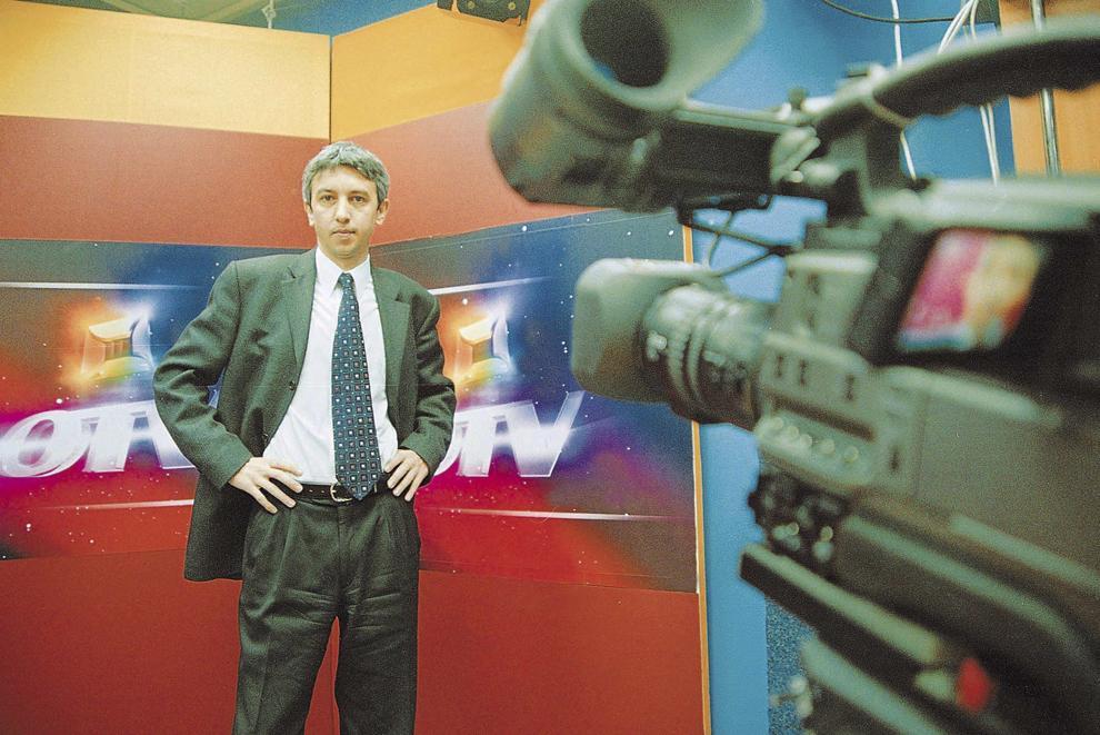 Dan Diaconescu pozează pentru un portret, în Bucureşti, 17 noiembrie 2001.