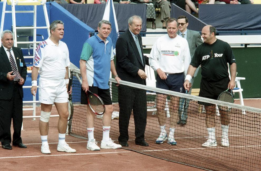 Adrian Năstase, Teodor Meleşcanu, George Bush şi Ioan Mureşan pozează, la finalul unui meci de tenis demonstrativ, în Bucureşti, 14 septembrie 1995.