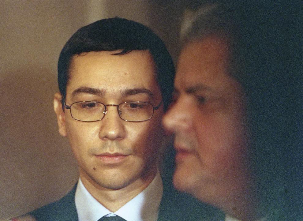 Victor Ponta şi premierul Adrian Năstase participă la închiderea lucrărilor seminarului internaţional al comunicatorilor OLAF, în Bucureşti, 22 octombrie 2003.