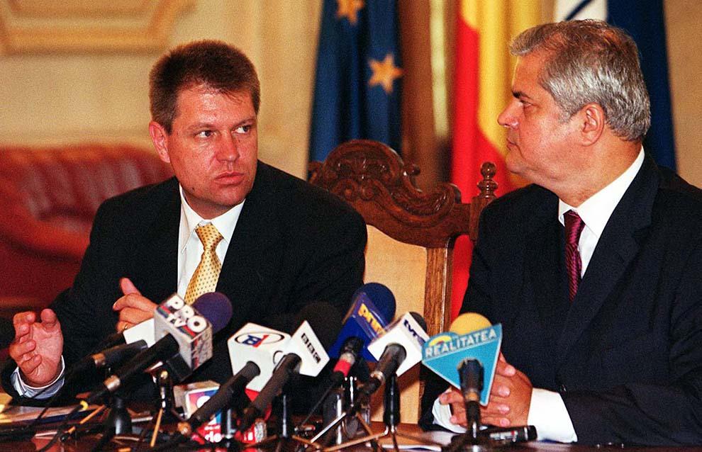 Preşedintele PSD, Adrian Năstase (D) şi preşedintele Forumului Democrat al Germanilor din România, Klaus Werner Iohannis (S), semnează protocolul privind colaborarea dintre PSD şi Forumul Democrat al Germanilor din România, pe perioada 2002-2003, joi,13 iunie 2002.