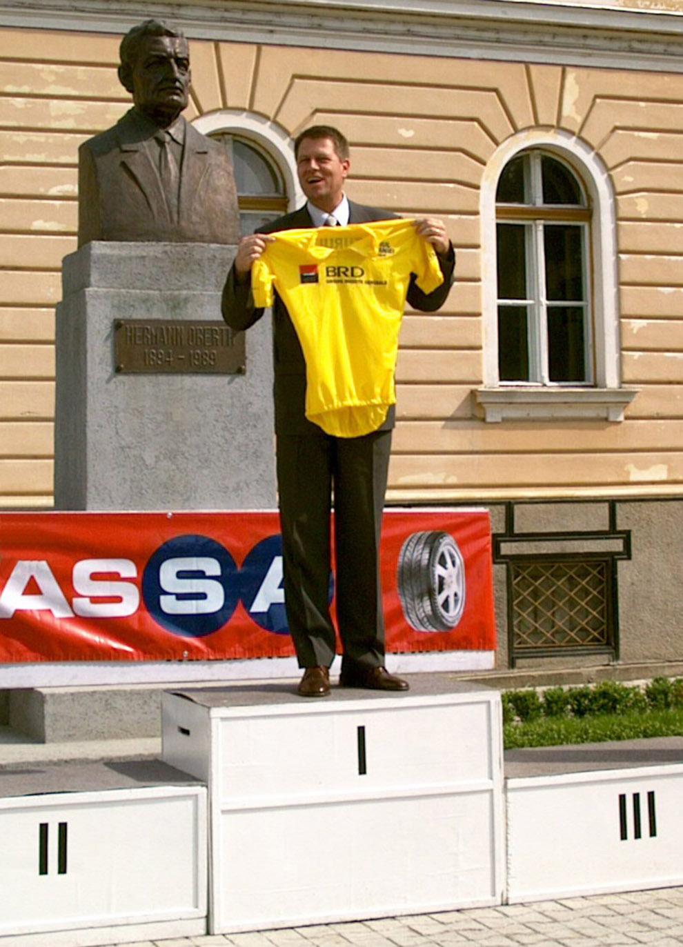 Klaus Iohannis primeste din partea caravanei Turului ciclist al României, tricoul galben pentru cel mai bun primar din România, dupa ce a castigat alegerile fiind votat de peste 88 la sută dintre sibieni, miercuri, 9 iunie 2004.
