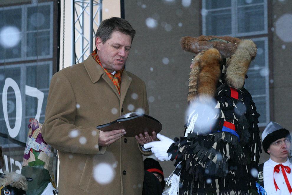 Primarul Sibiului, Klaus Iohannis (S) primeşte de la un bărbat costumat în lola, o placă simbolică, la Carnavalul Lolelor, în Sibiu, sâmbătă, 27 ianuarie 2007.