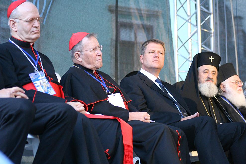Primarul Sibiului, Klaus Iohannis (CD) şi Înalt Preasfinţitul Laurenţiu Streza (D) participă la deschiderea oficială a celei de-a treia Adunări Ecumenice, în Piaţa Mare din Sibiu, marţi, 4 septembrie 2007.