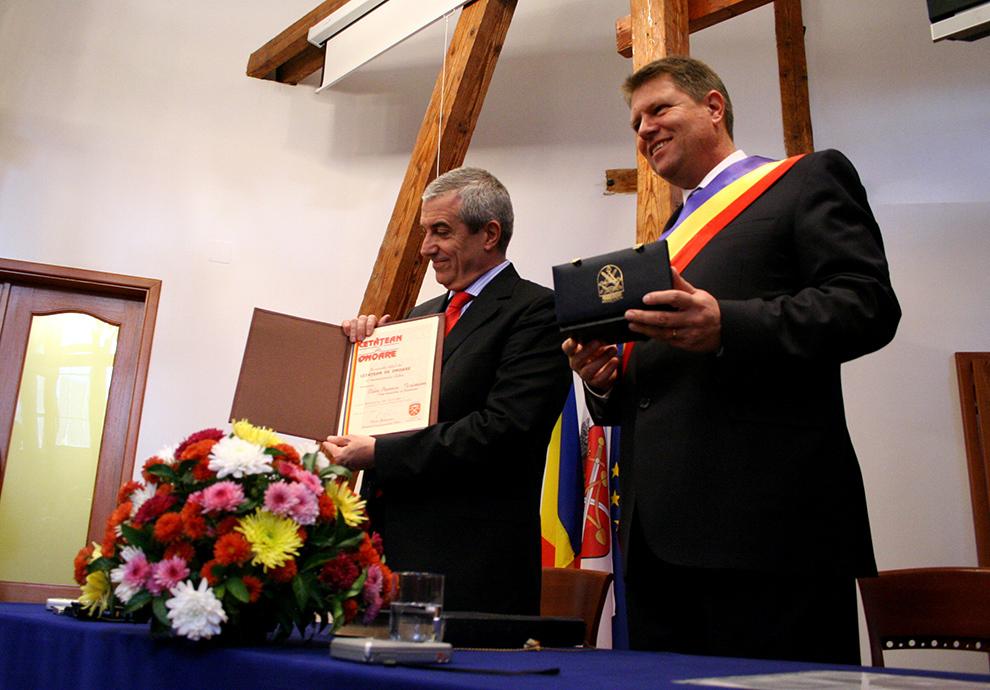 Premierul Călin Popescu-Tăriceanu (S) arată diploma de cetăţean de onoare al oraşului Sibiu, primită din partea primarului oraşului Sibiu, Klaus Iohannis (D), în Sibiu, marţi, 13 noiembrie 2007.