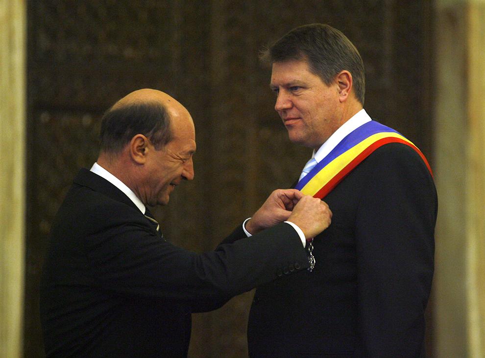 Preşedintele Traian Băsescu (S) îl decorează pe primarul oraşului Sibiu, Klaus Iohannis, în cadrul ceremoniei de decorare pentru oficiali ai municipiului Sibiu, la Palatul Cotroceni, în Bucureşti, vineri, 28 decembrie 2007.