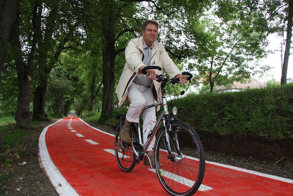 Primarul Sibiului, Klaus Iohannis, inaugurează pista de biciclete din parcul Sub Arini, joi, 22 mai 2008. Pista are o lungime de 3 km şi este singura din Sibiu.