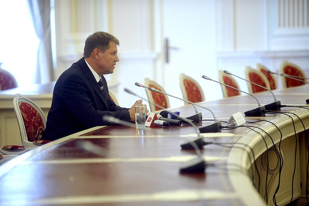 Klaus Iohannis, primarul Sibiului şi preşedintele Forumului Democrat al Germanilor din România, susţine o conferinţă de presă, după discuţia cu PNL, PSD, UDMR şi minorităţi, în Bucureşti, miercuri, 14 octombrie 2009.