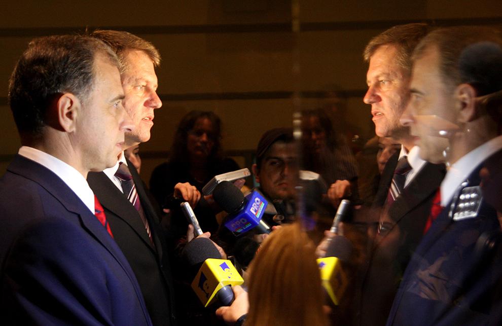 Primarul Sibiului, Klaus Iohannis şi Mircea Geoană discuta cu presa, la sediul Primăriei Sibiu, joi, 12 noiembrie 2009.