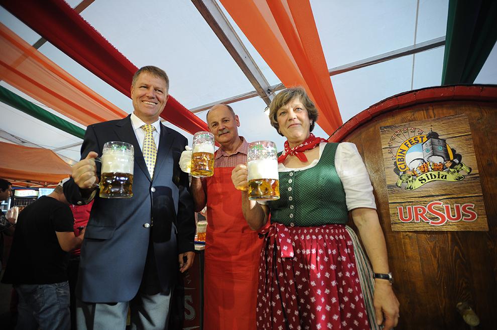 Primarul Sibiului, Klaus Iohannis (S), participă la deschiderea oficială a celei de a doua ediţii a CibinFest / Oktoberfest Sibiu, joi, 27 septembrie 2012.