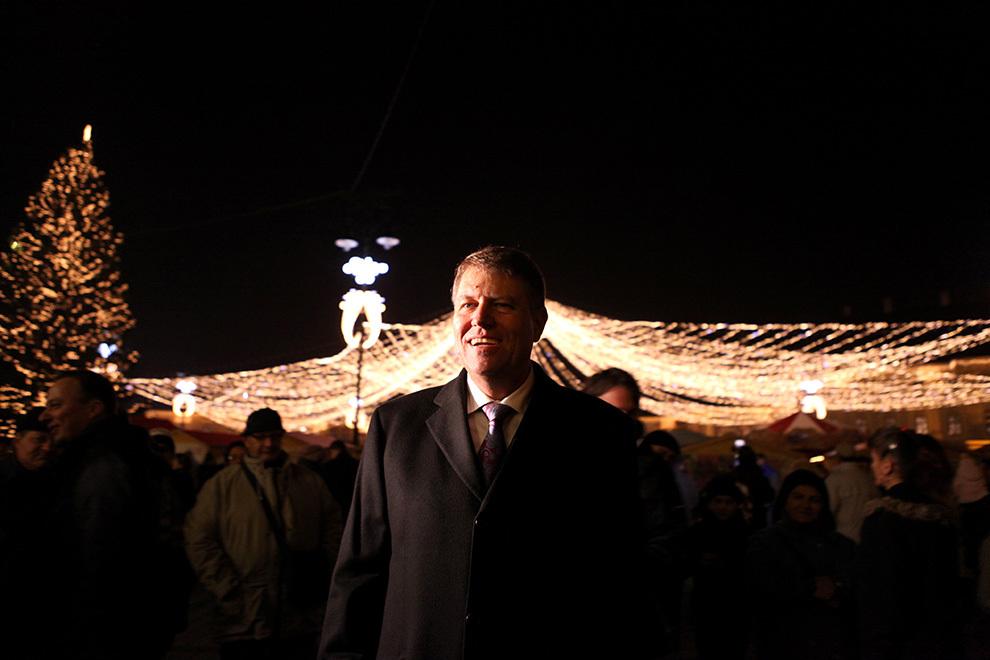 Primarul Sibiului, Klaus Iohannis, participă la pornirea instalaţiei de lumini ce decorează Piata Mare a Sibiului, cu ocazia sărbătorilor de iarnă, vineri, 23 noiembrie 2012.