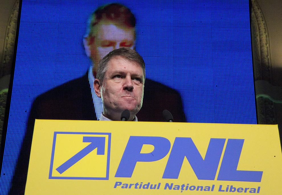 Primarul Sibiului, Klaus Iohannis, susţine un discurs în timpul congresului extraordinar PNL, în Bucureşti, vineri, 22 februarie 2013.