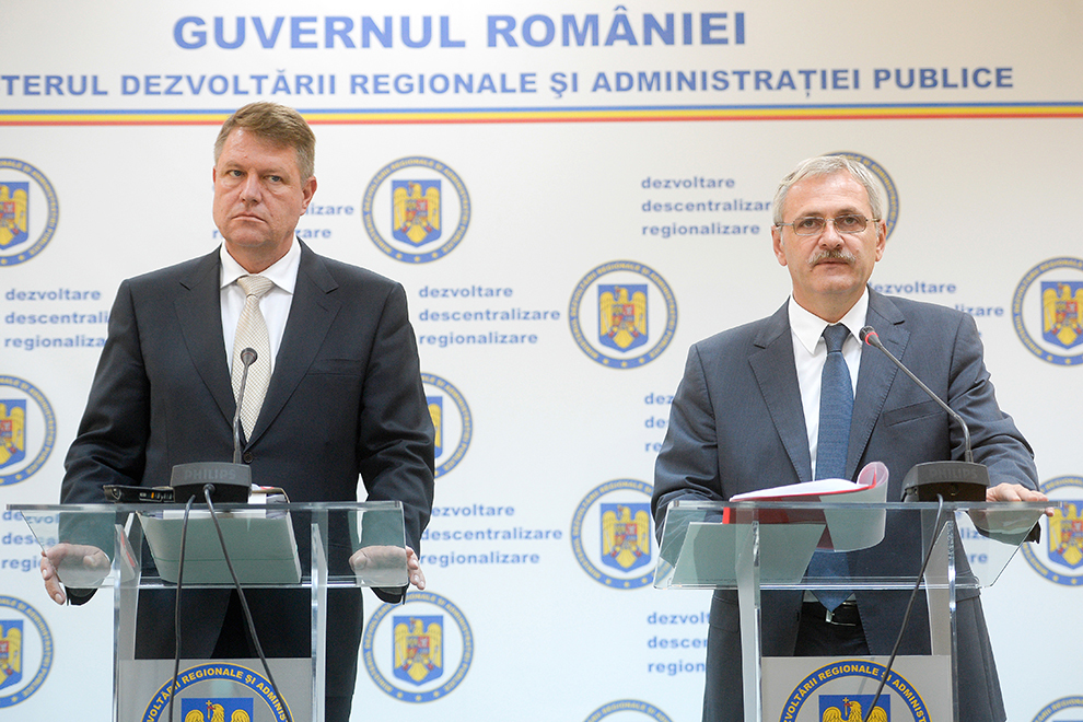 Preşedintele executiv al PSD, vicepremierul Liviu Dragnea şi prim-vicepreşedintele PNL, primarul Sibiului Klaus Iohannis (S) au o întrevedere în cadrul căreia discută pe temele descentralizării şi regionalizării, la Ministerul Dezvoltării, în Bucureşti, marţi, 8 octombrie 2013.
