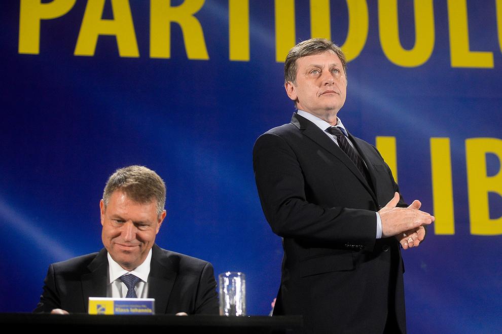 Fostul preşedinte al PNL Crin Antonescu (D) alături de Klaus Iohannis participă la Congresul PNL, la Palatul Parlamentului, în Bucureşti, sâmbătă, 28 iunie 2014.