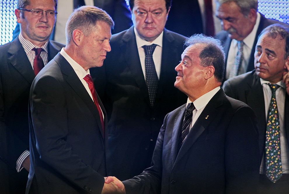 Preşedintele PNL, Klaus Iohannis (S) da mâna cu liderul PDL Vasile Blaga (D), în timpul Congresului Comun PNL-PDL, la Palatul Parlamentului, în Bucureşti, sâmbătă, 26 iulie 2014.