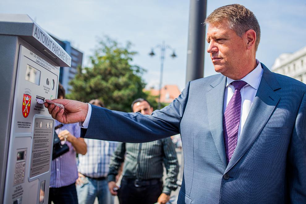Primar al Sibiului şi preşedinte PNL, Klaus Iohannis participă la inaugurarea unor automate de parcare din Sibiu, vineri, 8 august 2014.
