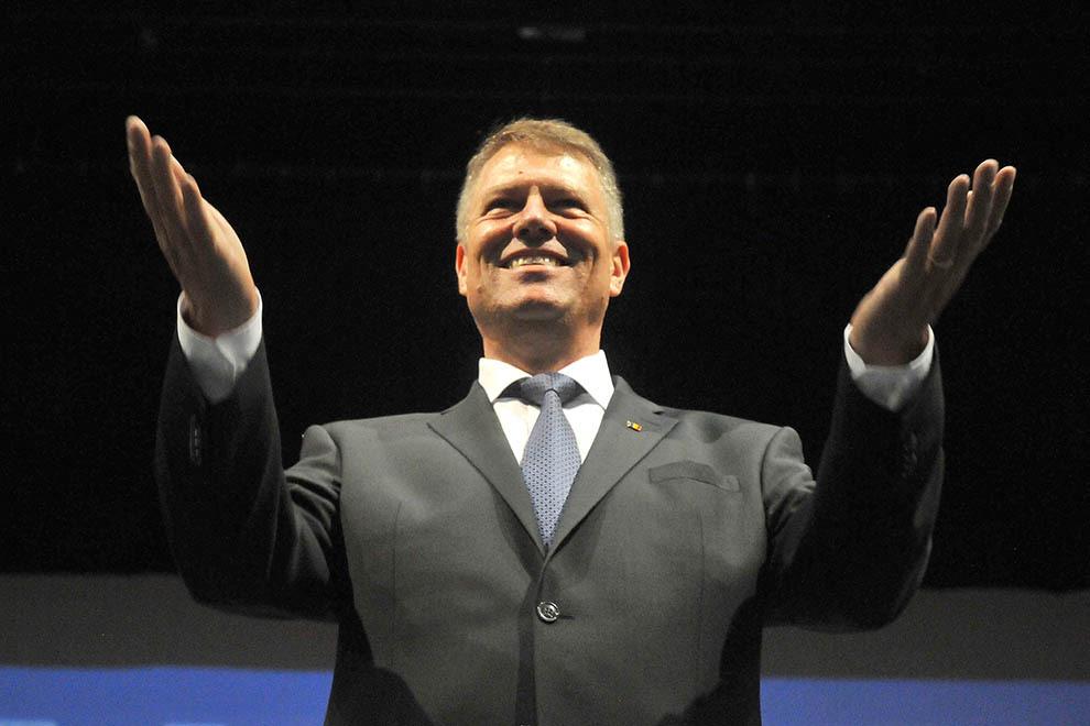 """Liderul PNL Klaus Iohannis participă la şedinţa birourilor reunite ale organizaţiilor PNL şi PDL din judeţul Bacău, în sala Teatrului de Vara """"Radu Beligan"""" din Bacău, joi, 21 august 2014."""