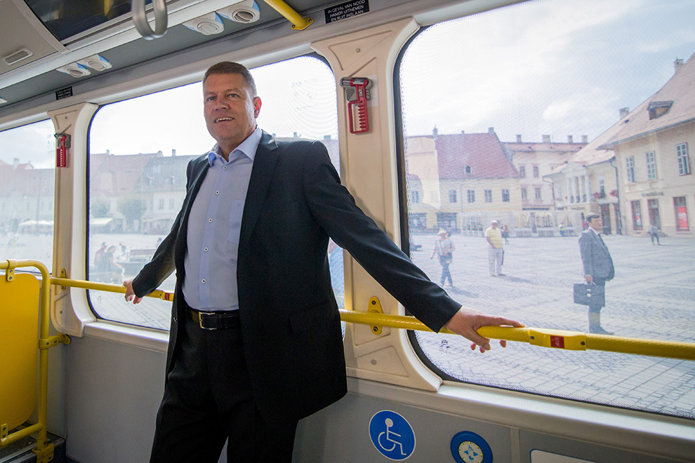Primarul Sibiului, Klaus Iohannis, participă la prezentarea autobuzului electric aflat în probe, în Piaţa Mare din Sibiu, joi, 4 septembrie 2014.