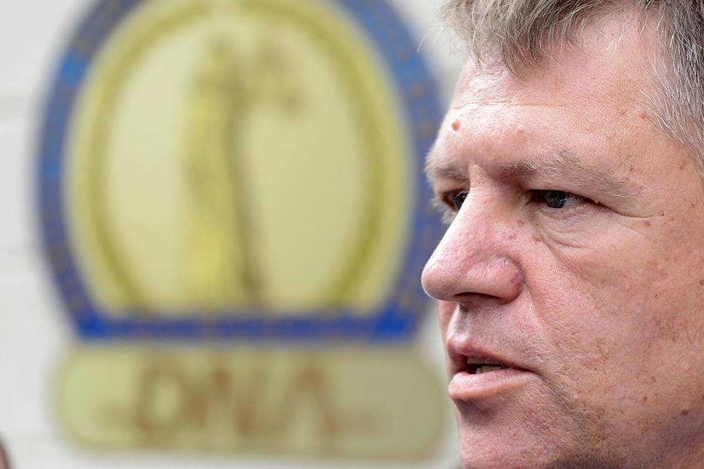 Klaus Iohannis pleacă de la sediul DNA, unde a fost audiat în dosarul privind OUG referitoare la migraţia aleşilor locali, în Bucureşti, marţi, 16 septembrie 2014.