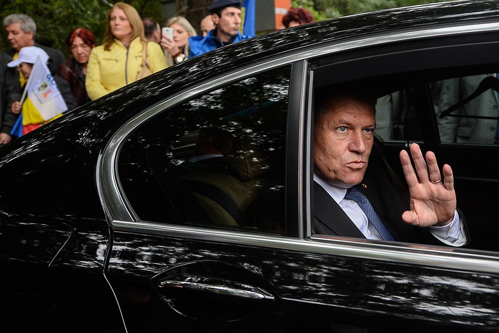 Klaus Iohannis salută presă la finalul evenimentului de lansare a candidaturii sale la Preşedinţia României, în PiaţaVictoriei din Bucureşti, sâmbătă, 27 septembrie 2014.