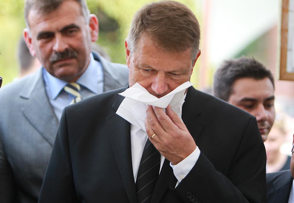 Klaus Iohannis, candidatul ACL la preşedinţia României, miroase o trufă primită de la un comerciant, în timpul unei vizite în Timişoara, duminică, 5 octombrie 2014.