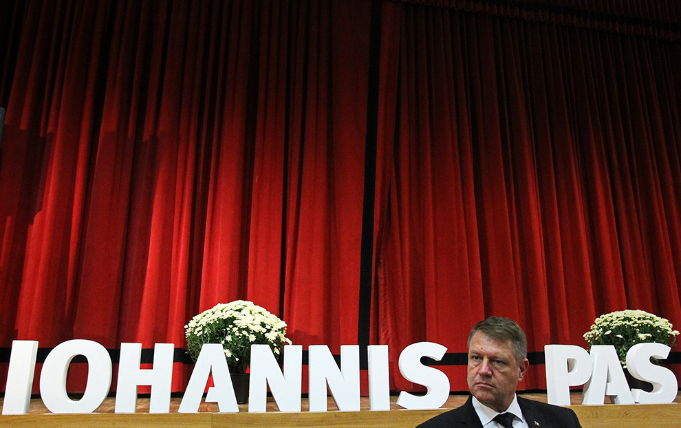 """Candidatul Alianţei Creştin-Liberale la Preşedinţia României, Klaus Iohannis, lansează volumul autobiografic """"Pas cu pas"""" în Timişoara, vineri, 24 octombrie 2014."""