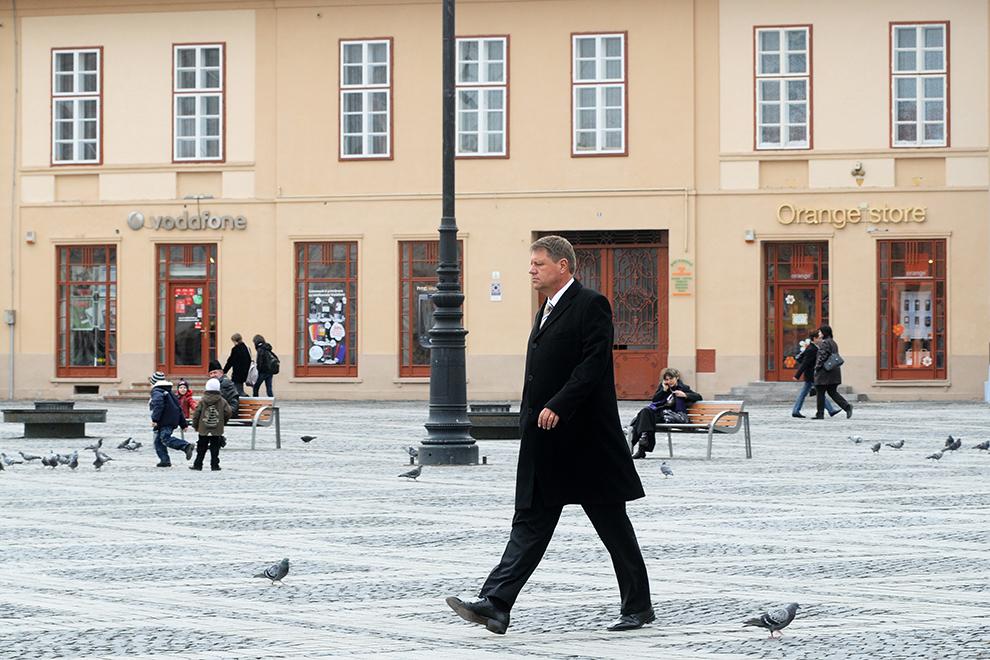 Primarul Klaus Iohannis traversează Piaţă Mare, după ce a susţinut o conferinţă de presă la Primăria Sibiu, joi, 18 martie 2010.