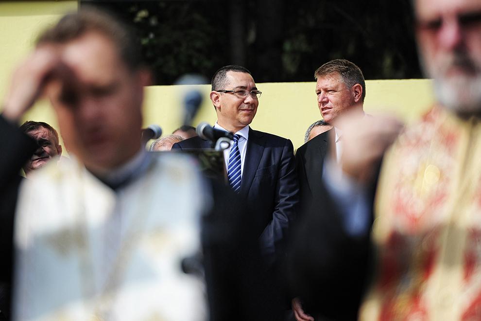 Premierul Victor Ponta şi primarul Klaus Iohannis participă la ceremonia de absolvire a studenţilor Academiei Forţelor Terestre, în Sibiu, vineri, 26 iulie 2013.
