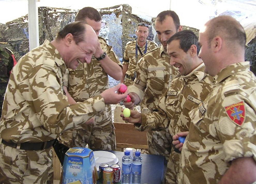 Preşedintele României, Traian Băsescu, i-a vizitat, duminică, 27 martie 2005, pe militarii contingentului românesc dislocat în Irak.