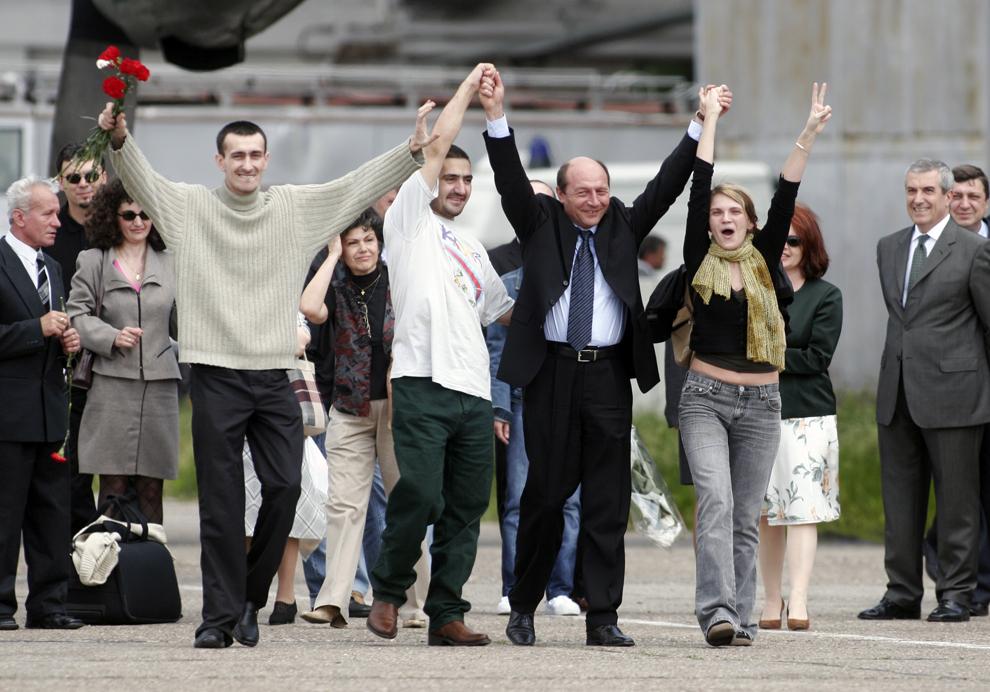 Aeronava la bordul căreia se află ziariştii Marie Jeanne Ion, Sorin Miscoci şi Ovidiu Ohanesian a aterizat la Bucureşti, luni, 23 mai  2005, la Baza Aeriană 90.