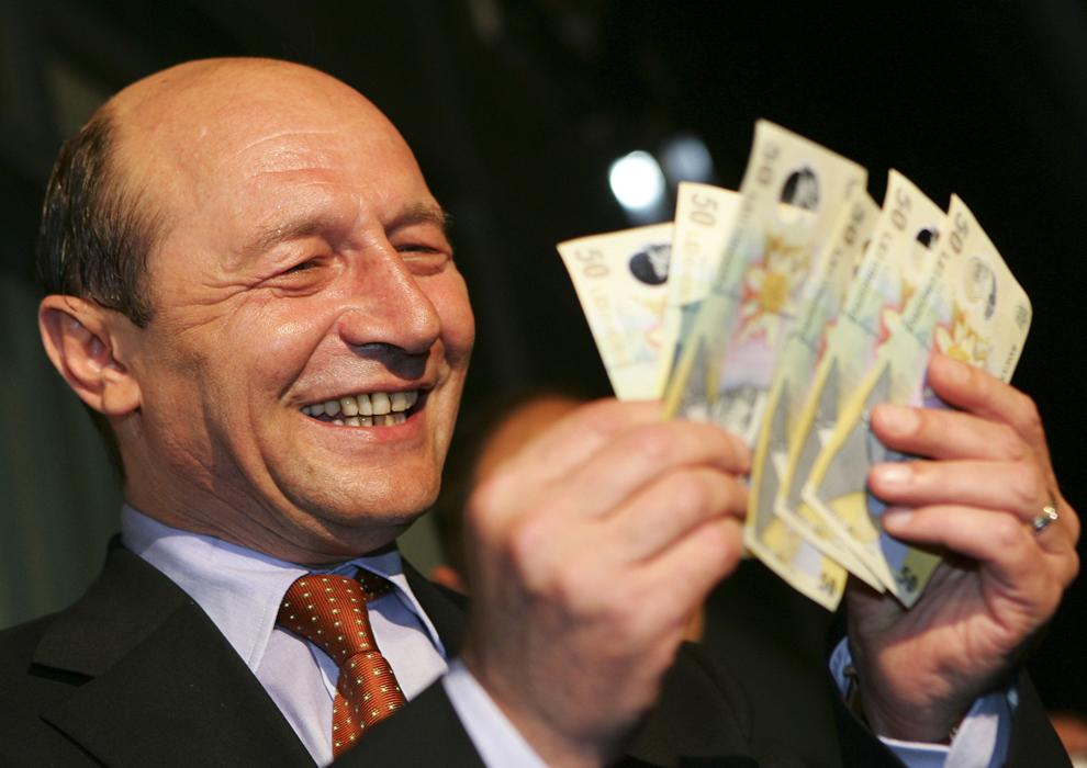 Preşedintele României, Traian Băsescu, prim-ministrul Călin Popescu Tăriceanu şi guvernatorul Băncii Naţionale a României, Mugur Isărescu, au extras în noaptea de joi spre vineri, 1 Iulie 2005, la ora 00:00, primele noi bancnote ale leului greu, dintr-un bancomat BRD situat în sediul central al băncii din Piaţă Victoriei.