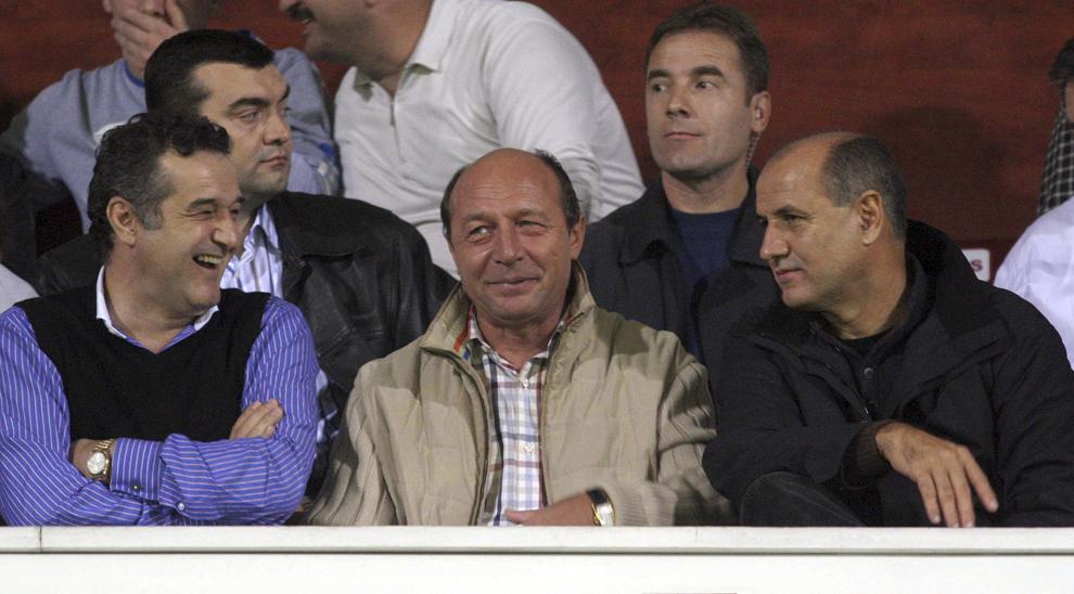 Rapid a încheiat meciul cu Steaua jucat duminică seară, 24 octombrie 2005, pe stadionul Giuleşti cu scorul de 0 - 0, în etapă a X-a a Diviziei A. În imagine, Gigi Becali, Traian Băsescu şi George Copos.