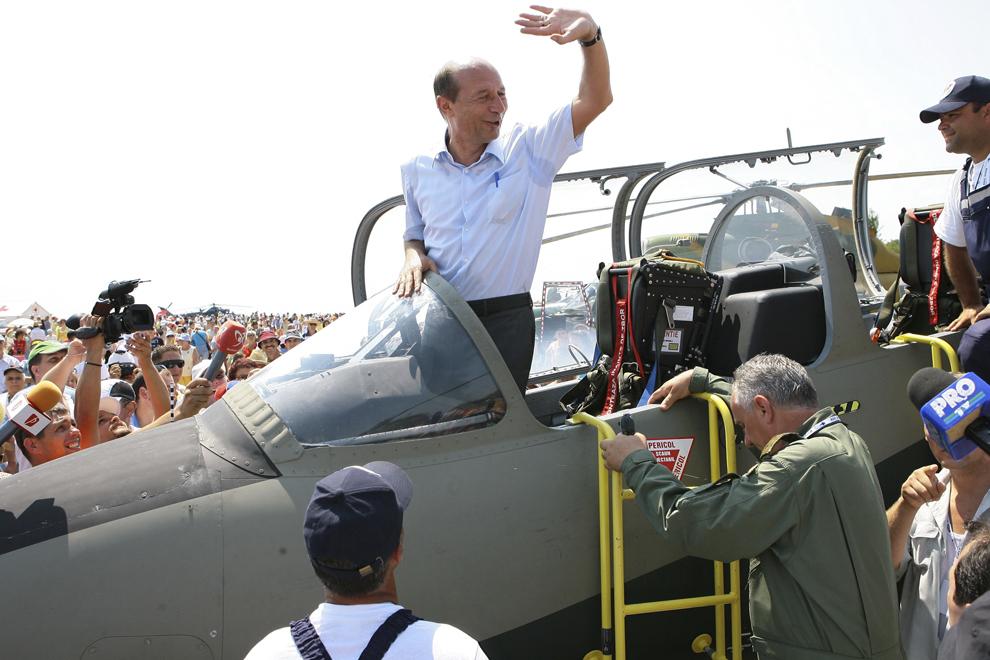 Preşedintele Traian Băsescu salută publicul prezent duminică, 30 iulie 2006, la Constanţa. Aproximativ 30.000 de persoane, între care şi preşedintele Traian Băsescu şi soţia sa, s-au adunat pe pista aeroportului Mihail Kogălniceanu, pentru a asista la cel mai mare miting aviatic organizat vreodată în România.
