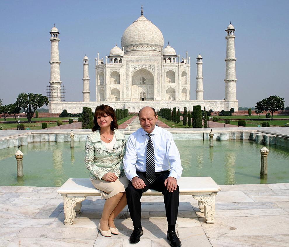 Preşedintele român Traian Băsescu şi soţia sa Maria pozează în faţa Taj Mahal, în Agra, 24 octombrie 2006, în timpul vizitei în India.