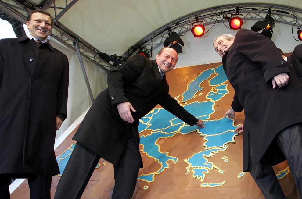 (De a S la D) Preşedintele Comisiei Europene Jose Manuel Barroso îi priveşte pe preşedintele român Traian Băsescu şi pe prim ministrul Călin Popescu-Triceanu adăugând piesa lipsă reprezentând România într-o hartă a Europei realizată din turtă dulce, pe 14 decembrie 2006, la Biserica Magdalena din Bruxelles.