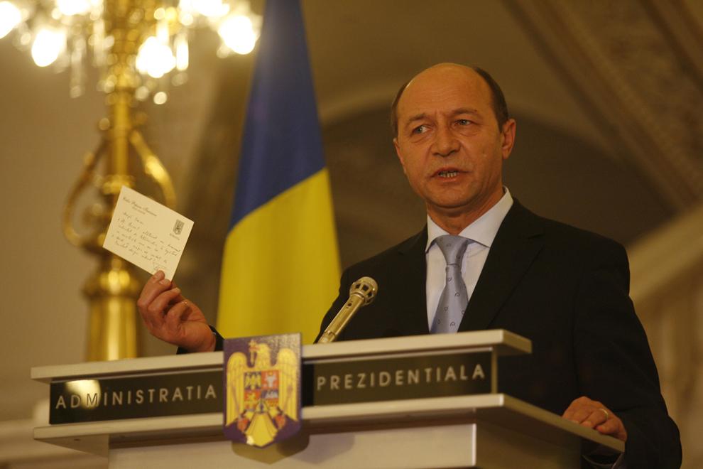 Preşedintele României, Traian Băsescu arată biletul primit de la premierul Călin Popescu Tăriceanu, în primăvară anului 2005, în cadrul unei declaraţii de presă, la Palatul Cotroceni, în Bucureşti, miercuri, 17 ianuarie 2007. Preşedintele Traian Băsescu a declarat că, la întoarcerea din Serbia, a trimis la Guvern raportul şi cardul de corespondenţă privată cu primul-ministru Călin Popescu Tăriceanu, precizând că semnificaţia cardului era că premierul îi propunea un parteneriat cu oligarhiile.