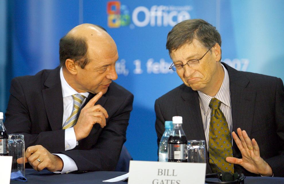 Bill Gates (D) discută cu preşedintele Traian Băsescu la inaugurarea Centrului Global de Suport Tehnic al Microsoft România, în Bucureşti, joi, 1 februarie 2007.