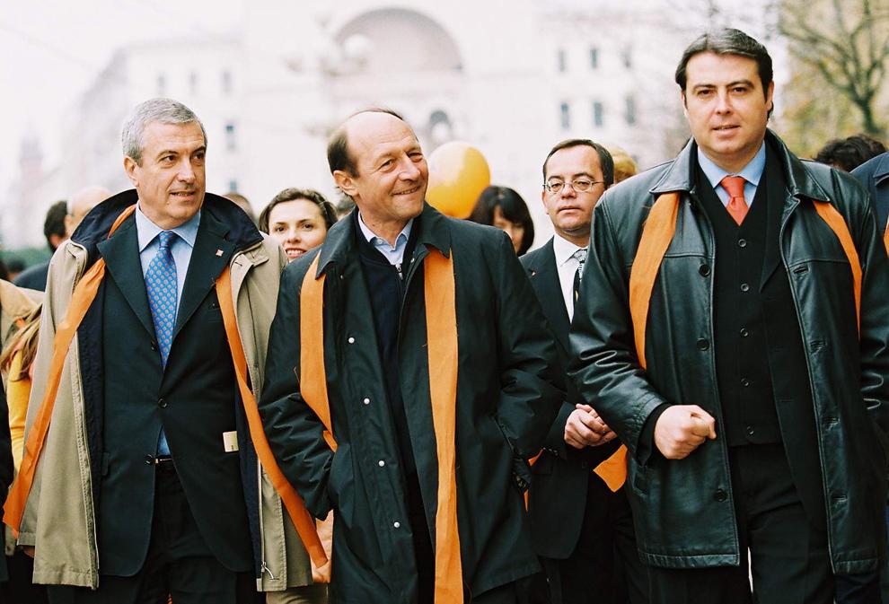 Co-preşedinţii Alianţei D.A., Traian Băsescu şi Călin Popescu Tăriceanu, au făcut, sâmbătă, o vizită electorală la Timişoara. În imagine, Călin Popescu Tăriceanu, Traian Băsescu şi Adrian Cioroianu, 7 noiembrie 2004.