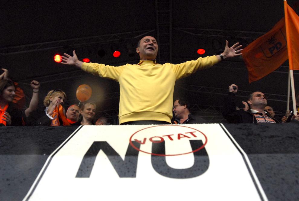 """Preşedintele suspendat Traian Băsescu îi salută pe cei care au venit să îl susţină, în Piaţa """"Lucian Blaga"""" din Cluj-Napoca, miercuri, 9 mai 2007."""