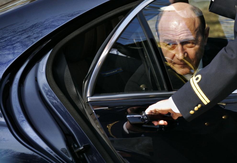 Preşedintele Traian Băsescu coboară din maşină, urmând să îl primească pe preşedintele Serbiei, Boris Tadic, la palatul Cotroceni, în Bucureşti, joi, 21 februarie 2008.