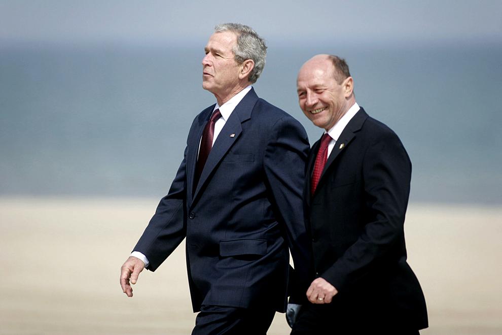 Preşedintele american, George W. Bush (S), şi preşedintele României, Traian Băsescu (D), discută, după întâlnirea bilaterală de la vila Nufărul din Neptun, miercuri, 2 aprilie 2008.