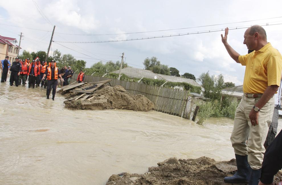 Preşedintele României, Traian Băsescu, efectuează o vizită în localitatea Tămăşeni, din judeţul Neamţ, marţi, 29 iulie 2008. Acesta i-a asigurat pe oamenii din această comună, grav afectată de inundaţii, că Guvernul îi va ajuta şi că infrastructură şi casele vor fi refăcute.